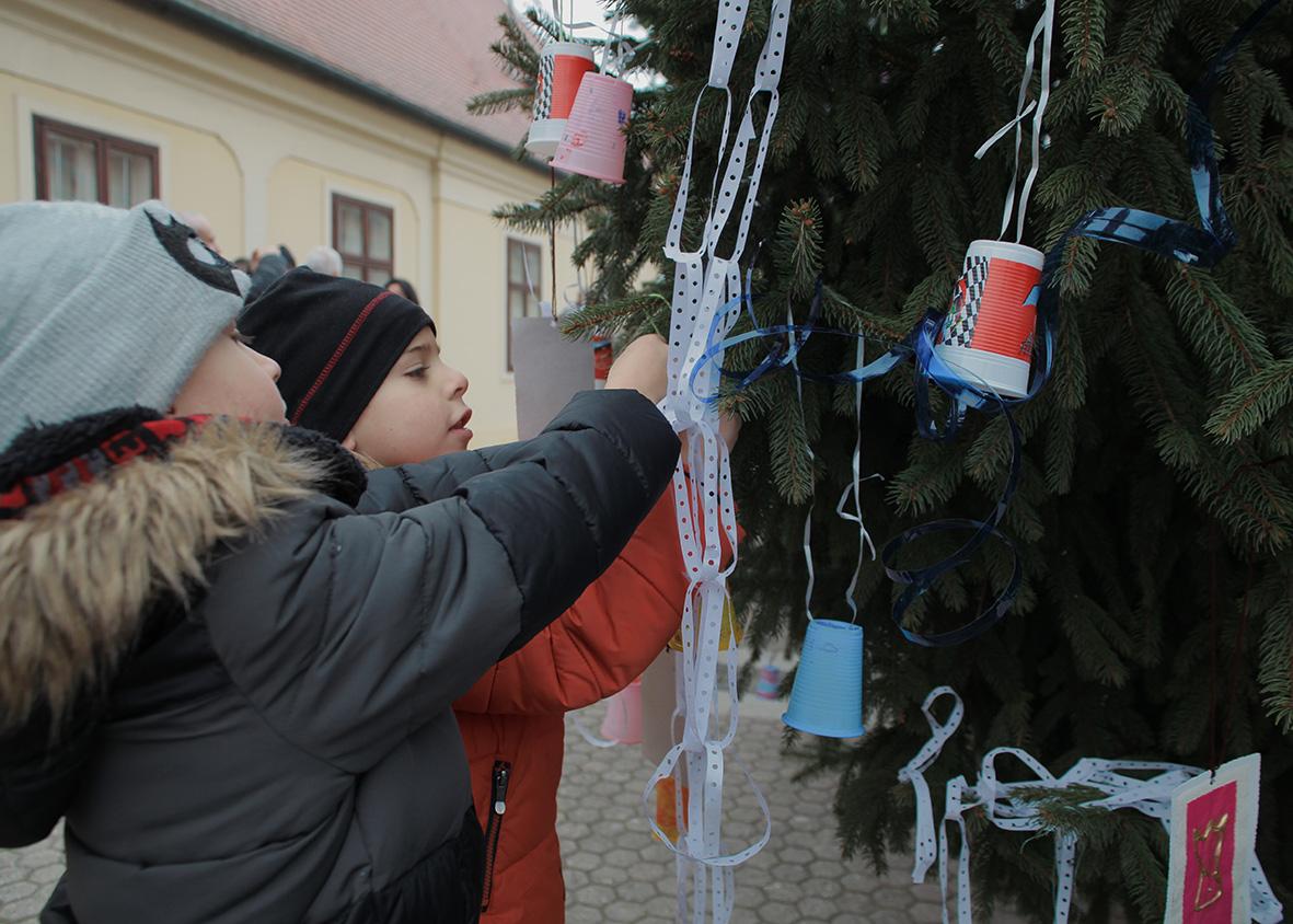 Djeca đakovačkih vrtića i gradonačelnik okitili božićnu jelku