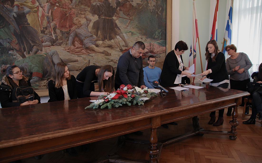 Grad Đakovo dodijelio stipendije učenicima i studentima