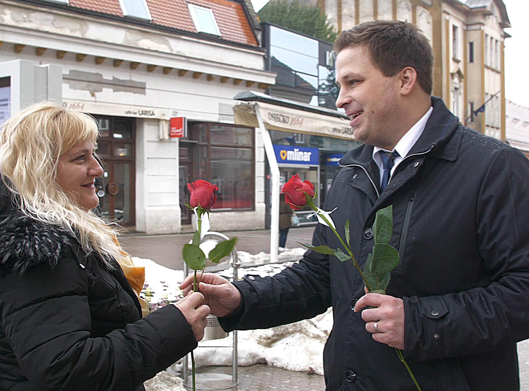 Gradonačelnik Marin Mandarić dijeliio ruže povodom Dana žena na korzu