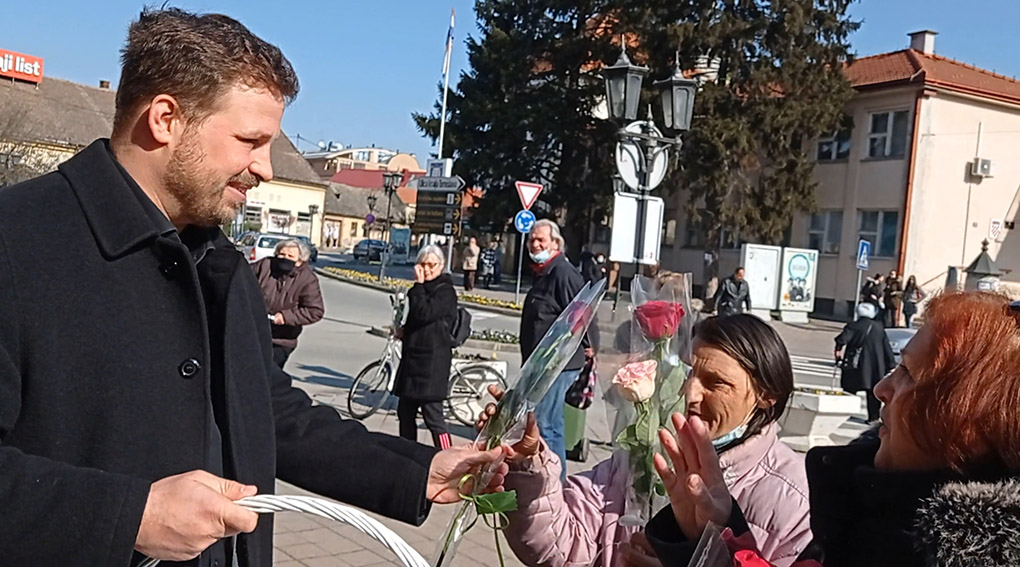 Gradonačelnik Đakova Marin Mandarić podijelio ruže sugrađankama